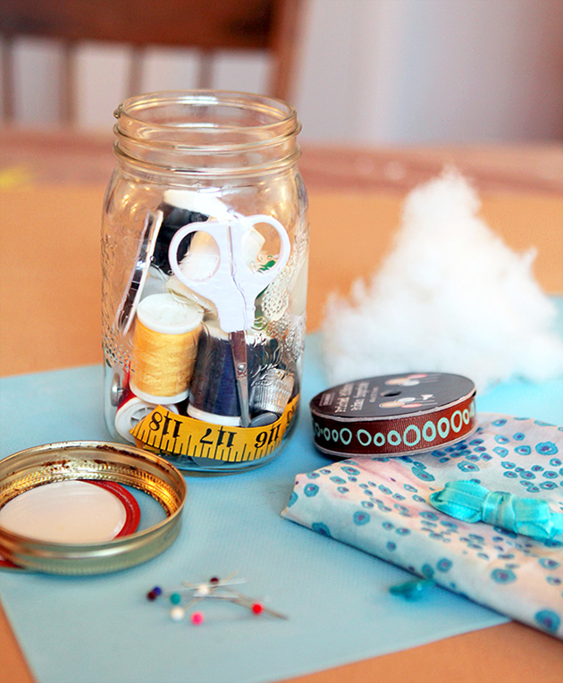 Mason Jar Sewing Kit #diy #sewing #masonjar #crafts
